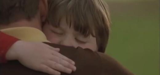 abraza niño interior
